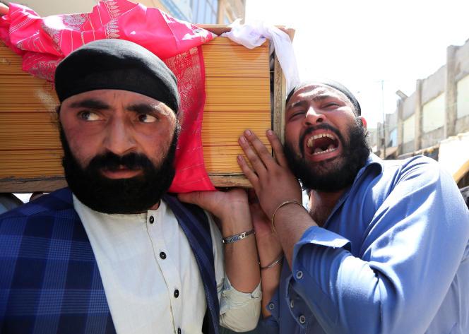 Cet attentat a été revendiqué en début de soirée par le groupe Etat islamique, qui affirme avoir voulu viser le président afghan, Ashraf Ghani, en visite dans la capitale du Nangarhar, à la frontière avec le Pakistan.