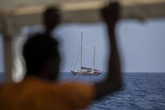 Les rescapés ont indiqué que 104 personnes étaient à bord de l'embarcation, qui a coulé au large de Garaboulli, à quelque 50km à l'est de Tripoli.