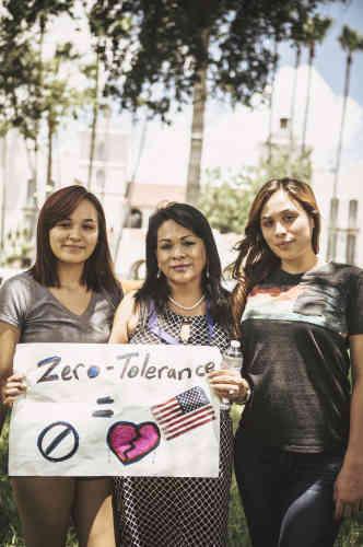 Alicia Limon, une immigrée mexicaine, entourée par ses deux filles. Elle a fondé une association pour venir en aide aux femmes et aux enfants qui arrivent aux Etats-Unis.