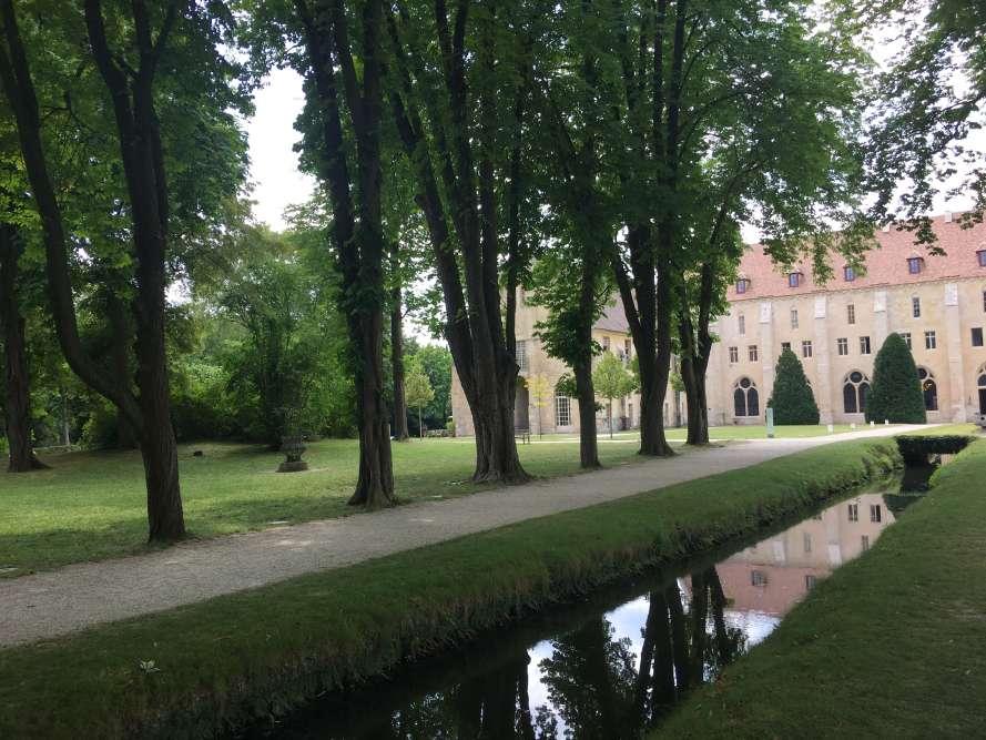Essentielle à l'activité monastique (irrigation des cultures, ablutions, alimentation, évacuation des déchets), l'eau est partout présente à Royaumont.