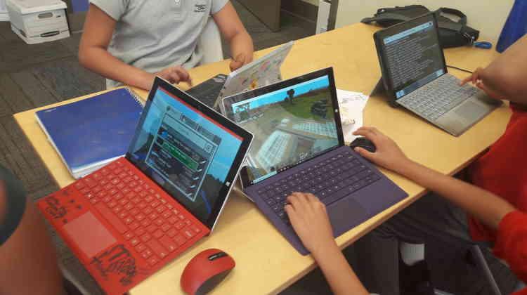 L'école Renton Prep à Seattle: «Dans cette école de la banlieue de Seattle, j'ai découvert comment les professeurs utilisent le jeu vidéo Minecraft comme support éducatif. A travers des projets de groupe, les élèves collaborent pour créer un monde qui reflète les sujets abordés de manière créative et concrète: au collège, les enfants ont notamment représenté virtuellement le quotidien d'un camp de concentration pour conclure l'étude de la seconde guerre mondiale. Ils apprennent également les bases de l'algorithmique grâce à l'extension Code Builder, qui permet de programmer et automatiser certaines actions dans le jeu.» (Florian Sotteau)