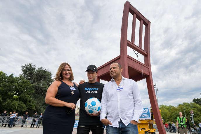 Neymar aux côtés de son père, Neymar Santos et sa mère Nadine, à Genève en août 2017.