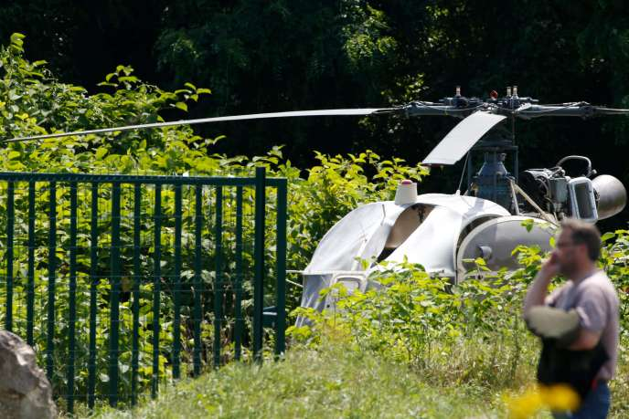 Le commando a abandonné l'hélicoptère, partiellement incendié, à Gonesse, dans le Val-d'Oise.