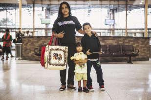 Cette femme du Honduras a quitté son pays avec sa fille et son neveu. Après un périple de plusieurs semaines, elle s'est presentée aux autorités américaines, qui lui ont posé un bracelet électronique. L'organisation caritative Catholic Charitiesl'a aidée a obtenir un billet de bus pour le Maryland, où elle va retrouver sa famille.