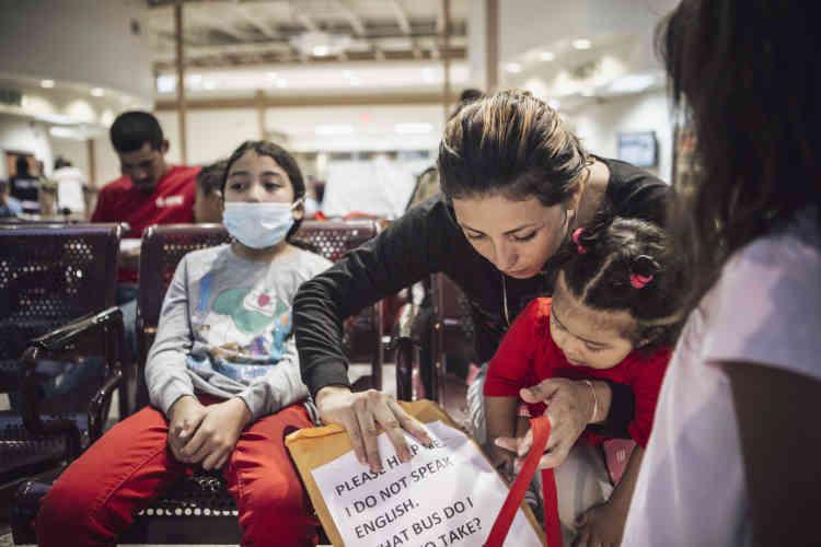 Une famille originaire du Honduras attend un car pour Atlanta. Victime de violences domestiques, la mère a fuit le Honduras avec ses enfants. Sa fille aînée a attrapé un mauvais rhume lors de sa détention par les services des douanes.