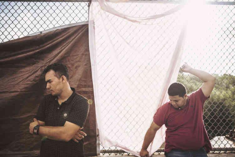 Walter et Adony, deux migrants honduriens, attendent du côté mexicain du pont entre Brownsville et Matamoros. Walter a mis plus de quatre mois a atteindre la frontière avec sa femme et ses quatre enfants. Il souhaite faire sa demande d'asile dans les règles, mais cela fait déjà quatre jours qu'il attend, dans l'incertitude.