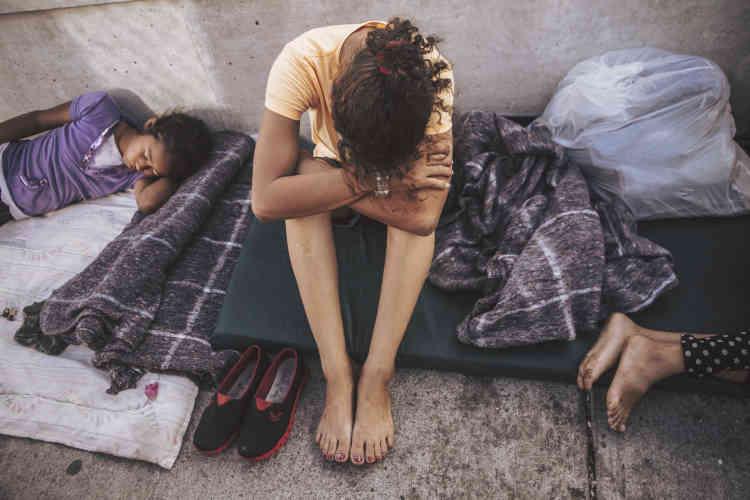 Yerlin (à gauche) se repose à côté de sa mère Helen (au centre) sur le pont Brownsville-Matamoros. Elles ont dû attendre quatre jours avant d'entrer sur le territoire américain, où elles ont fait une demande d'asile.