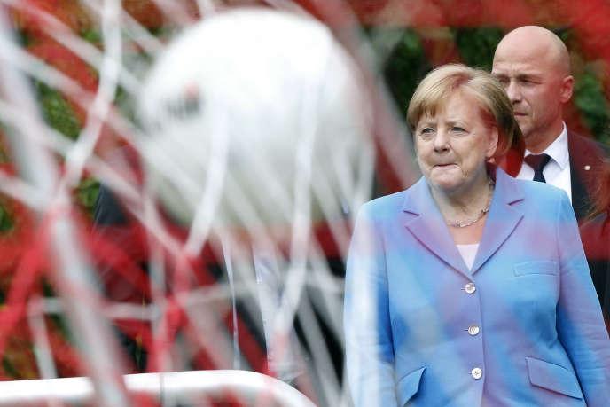 La chancelière allemande Angela Merkel assiste à un entraînement de football féminin à Berlin, le 13 juin.