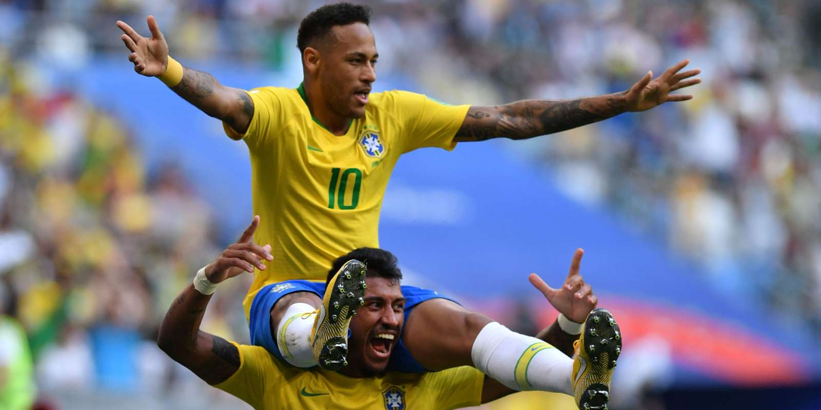 TOPSHOT - Brazil's forward Neymar celebrates with Brazil's midfielder Paulinho after scoring the opening goal during the Russia 2018 World Cup round of 16 football match between Brazil and Mexico at the Samara Arena in Samara on July 2, 2018. RESTRICTED TO EDITORIAL USE - NO MOBILE PUSH ALERTS/DOWNLOADS / AFP / Fabrice COFFRINI / RESTRICTED TO EDITORIAL USE - NO MOBILE PUSH ALERTS/DOWNLOADS