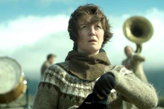 Dans« Woman at War», deBenedikt Erlingsson,Halldora Geirharosdottir interprète à la fois la militante Halla et sa sœur jumelle, Asa.