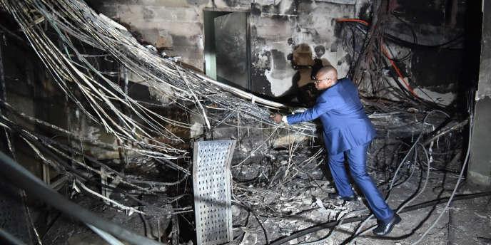 Le reponsable « réseaux» d'Orange Côte d'Ivoire Adama Meite dans les locaux d'un centre technique incendié à Abidjan, le 26 mai 2018.