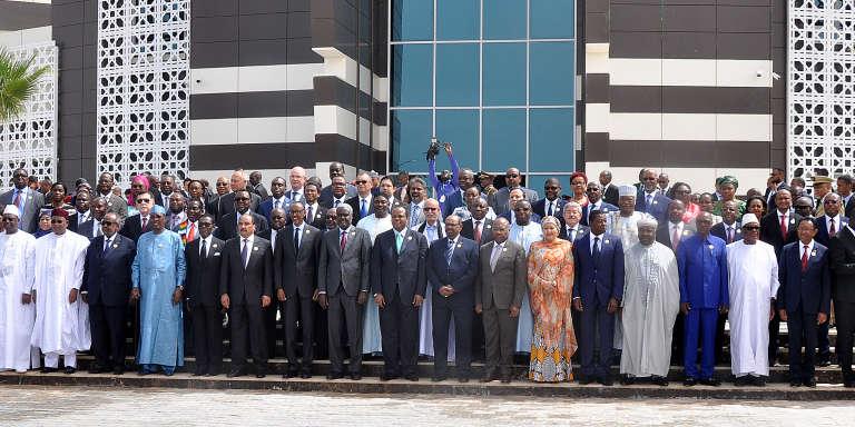 Les présidents mauritanien Mohamed Ould Abdel Aziz et rwandais Paul Kagame entourés de chefs d'Etat africains pour le 31e sommet de l'UA, à Nouakchott, le 1er juillet 2018.