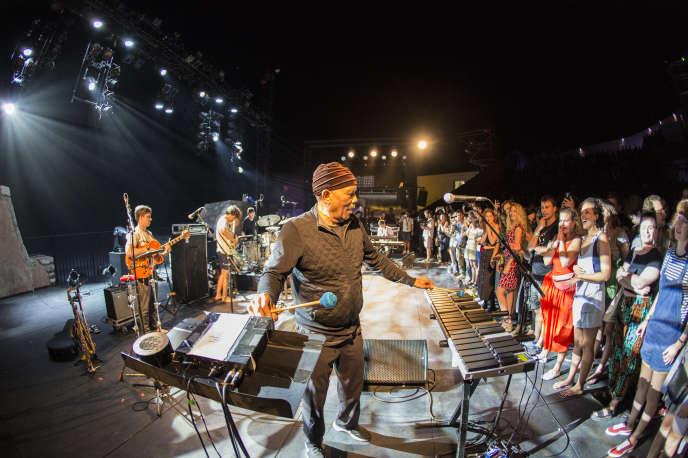 Le vibraphoniste Roy Ayers sur scène avec le groupe canadien BadBadNotGoodà Sète lors du festival Worldwide,dimanche 1er juillet 2018.