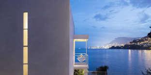 Toit plat et murs en béton armé blanc, la villa E-1027 se fond parfaitement dans le paysage.