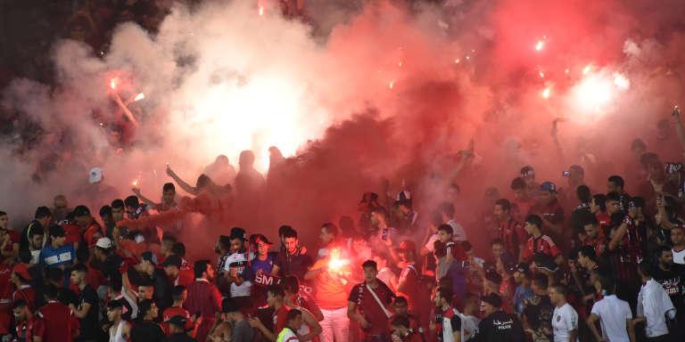 Des supporteurs algériens lors d'une rencontre entre l'USM d'Alger et le club du Zamalek égyptien, à Alger, le 21 juin 2017.