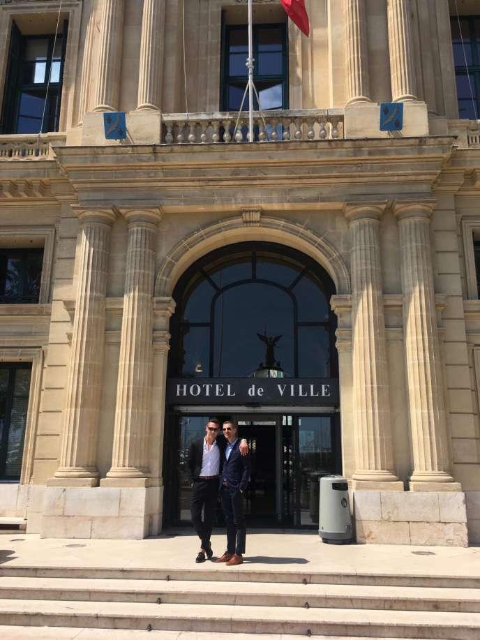 Mariage de Damien et Povilas, accompagnés de leurs deux témoins, Ieva et Inga, le 19 mai, à Cannes.