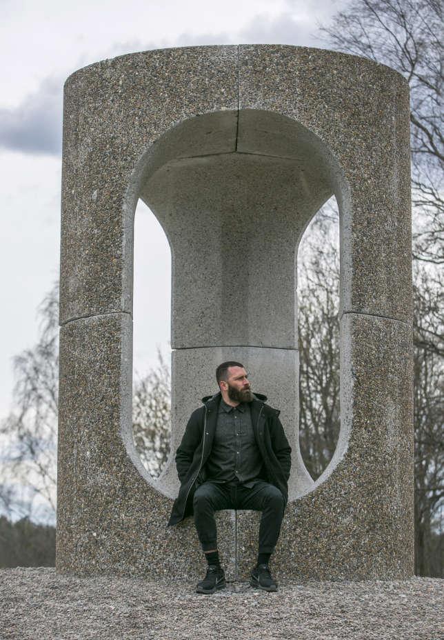 Philippe Malouin dans une« fabrique de jardin » en béton qu'il a conçue pour un parc de Stockholm (2017).