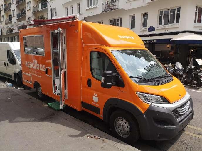 «En un mois, 230 personnes de dix-huit magasins d'Ile-de-France ont déjà pris le bus» (L'Acadibus, lors d'une précédente formation des employés d'un magasin Franprix, au 133, rue de charenton, à Paris).