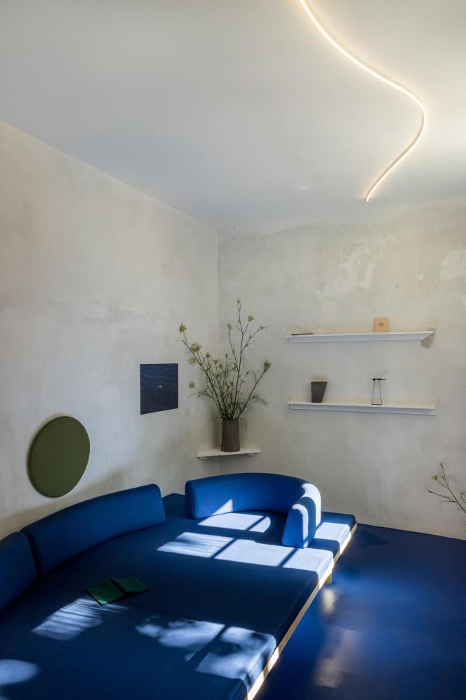 «Le secret de la corniche» : la pièce bleu azur proposée par Antoine Chauvin, grand prix ex-aequo Design Parade Toulon - Van Cleef & Arpels 2018.