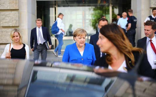 La chancelière allemande Angela Merkel quitte la réunion entre son parti de centre droit, la CDU, et la droite bavaroise, la CSU, à Berlin le 2 juillet.