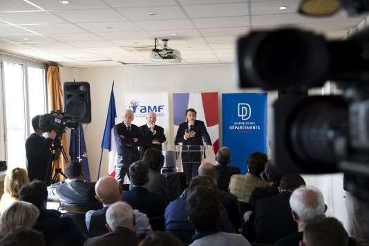 Hervé Morin (Régions de France), Dominique Bussereau (ADF) et François Baroin (AMF), le 10 avril, à Paris.