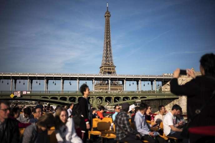 La tour Eiffel vue d'un bateau-mouche sur la Seine, le 18 avril.