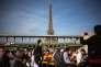 La tour Eiffel vue d'un bateau-mouche sur la Seine, le 18 avril 2018.