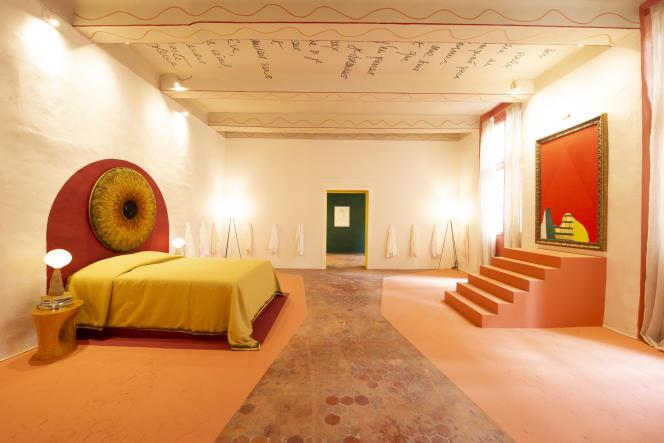 La chambre de Mlle Oops : tête de lit brodée par Lesage Intérieurs et chevets de Choï Byung Hoon (Galerie Downtown, 2007), installée dans l'ancien évêché de Toulon.
