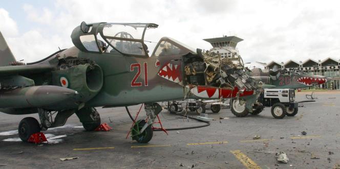 Un avion de chasse de l'armée de l'air ivoirienne détruit sur ordre du président Jacques Chirac, à Yamoussoukro le 8 novembre 2004.