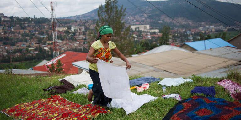Une jeune Rwandaise étend son linge sur une colline surplombant Kigali, le 17 mars 2017.