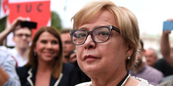 A Varsovie, Mme Gersdorf a été reçue par le chef de l'Etat. Le président Andrzej Duda, sans lui remettre un document l'informant formellement de la fin de ses fonctions, le lui a signifié implicitement, annonçant qu'un juge de la Cour suprême, Jozef Iwulski, allait assurer l'intérim à la tête de l'institution, en attendant l'élection de son successeur en titre.