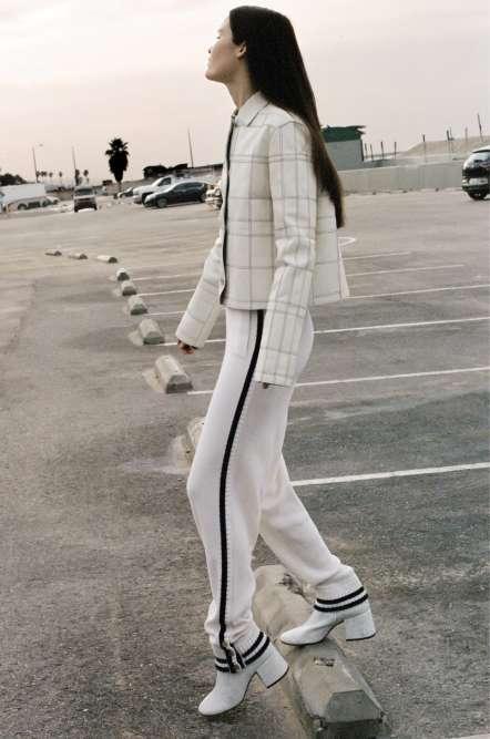 Veste en veau fin tressé, Hermès. Pantalon en cachemire avec liseré, Lacoste. Bottines en cuir, MM6 Maison Margiela.