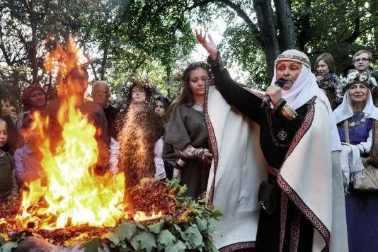 La grande prêtresse Inija Trinkuniene, le 22 juin à Vilnius, lors de la cérémonie du solstice d'été.