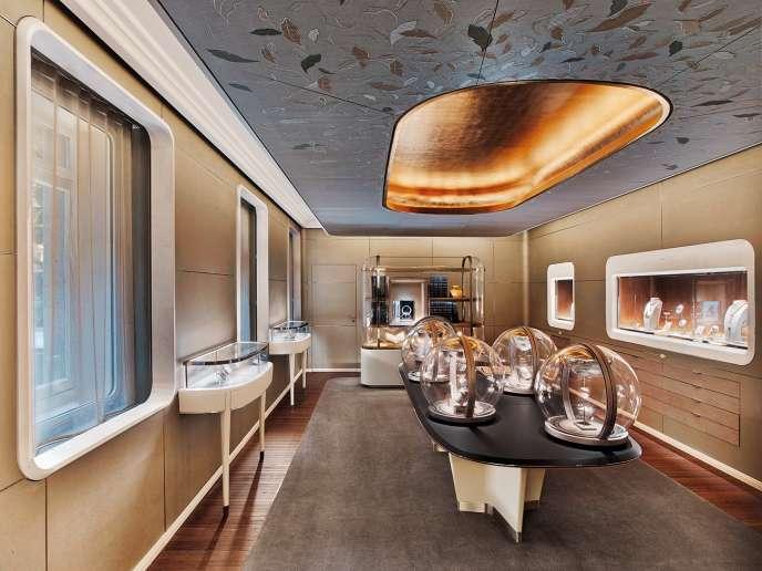 Dans ses boutiques parisiennes, Van Cleef &Arpels présente, desexpositions éphémères à thèmes.