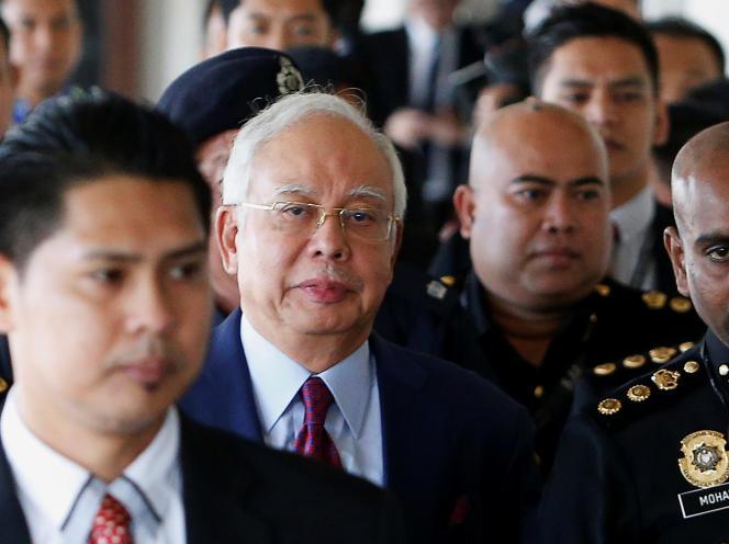 Najib Razaka comparu devant un tribunal de la capitale Kuala Lumpur.