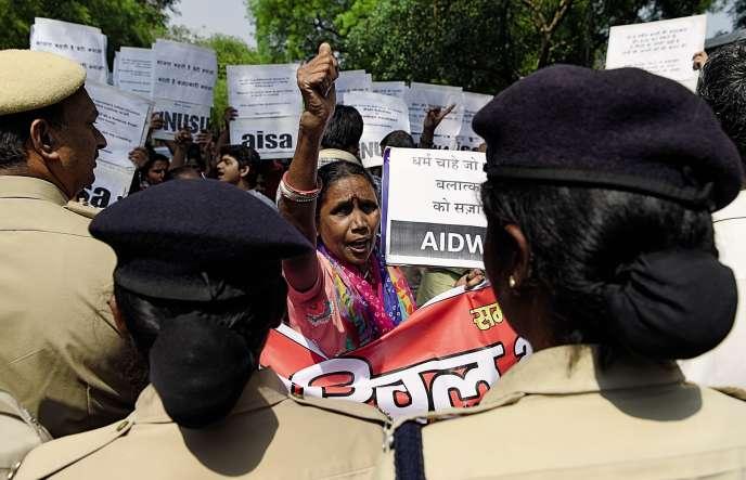 Des manifestants protestent contre l'inaction des autorités après des viols de mineures, le 12 avril, près de New Delhi.