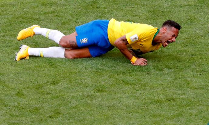 Tondeuse à gazon brésilienne (modèle jaune et bleu).