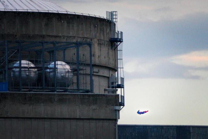 Un drone envoyé par Greenpeace au-dessus de la centrale nucléaire de Bugey, près de Lyon, le 3 juillet.