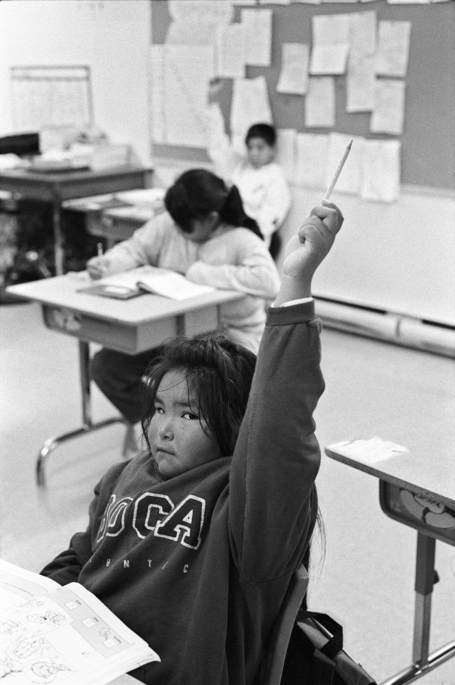 Jeunes Innus à l'école publique Kanatamat, à Schefferville, Québec, 1995.