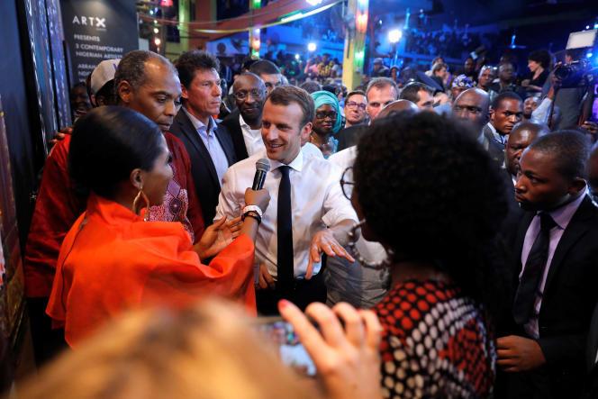 Le président Emmanuel Macron arrive dans la salle de concert mythique du New Afrika Shrine, àLagos, le 4 juillet.