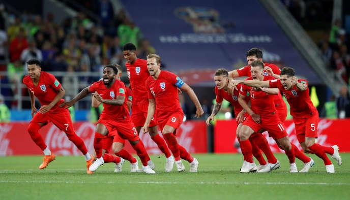 La joie des Anglais autour de leur capitaine, Harry Kane, après le tir au but victorieux d'Eric Dier. CARL RECINE/REUTERS