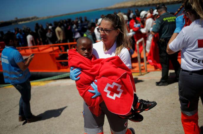 «Dans les années à venir, les arrivées de migrants vont non seulement se poursuivre, mais s'accentuer du fait de crises politiques, militaires et humanitaires et des effets du changement climatique. » (Tarifa, Espagne: enfant recueilli à bord d'un canot dans le détroit de Gibraltar, le 4 juillet).