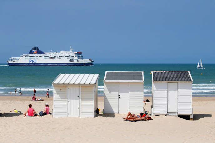 Des vacanciers prennent le soleil à Calais, le 4 juillet 2018.