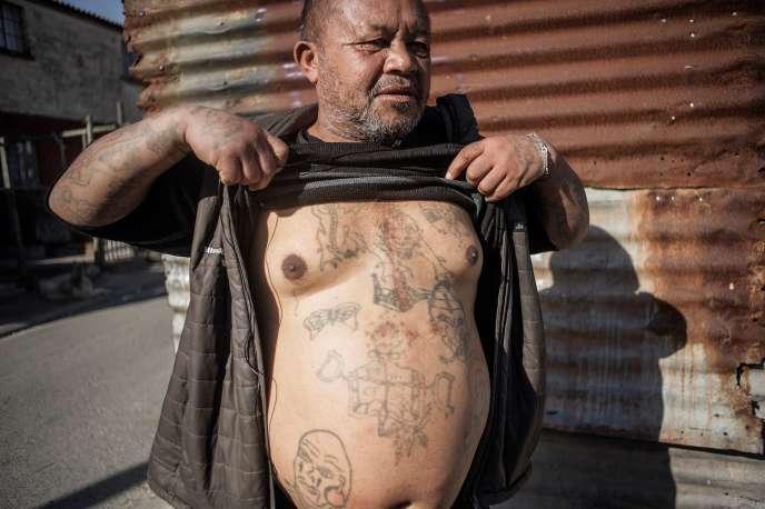 Un ancien gangster à Hanover Park, quartier pauvre du Cap, en Afrique du Sud.