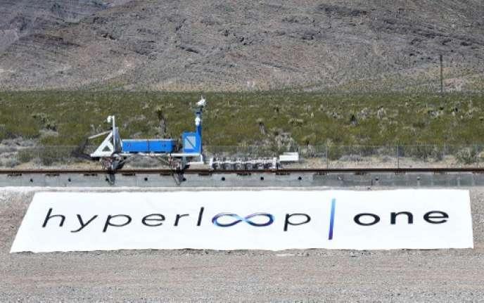 Hyperloop sera un train pouvant rouler, ou plutôt léviter à plus de 1200km/h.Ici, premier essai grandeur nature dans le Nevada.
