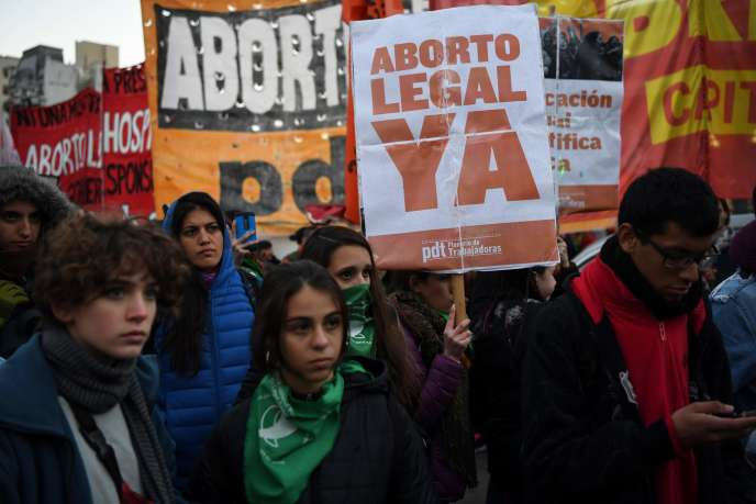 Rassemblement pour le droit à l'avortement, près du Congrès argentin, à Buenos Aires, le 3 juillet.