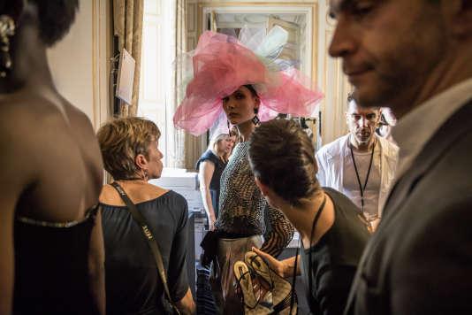 Coulisses du défilé Armani Privé, à l'ambassade de l'Italie, à Paris, le 3 juillet.