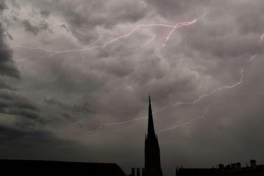La foudre au-dessus de l'église Saint-Michel de Bordeaux, le 4 juillet 2018.