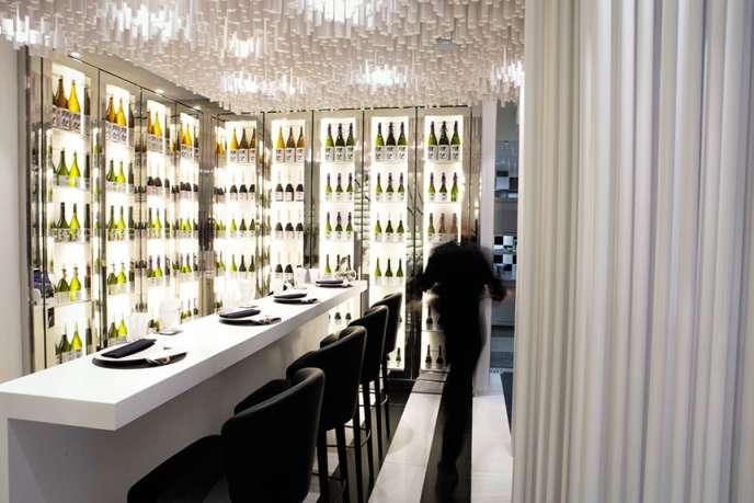 Le bar à sakés du restaurant Joël Robuchon-Dassaï.