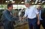 Laurent Wauquiez en visite dans une ferme à Azay-sur-Cher (Indre-et-Loire), le 20 juin.